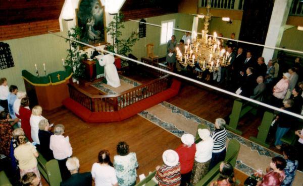 Palvemaja altari kohal ripub vennastekoguduse-aegne altarimaal.  Foto: Helme koguduse arhiiv