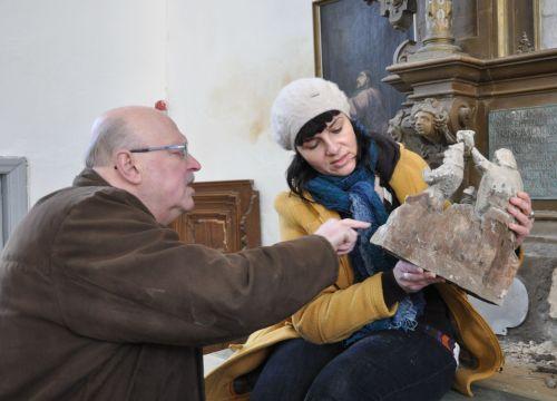 17. sajandist pärinevat puuskulptuuri Ristijast Johannesest uurivad õpetaja Tiit Salumäe ja restauraator Merike Kallas.