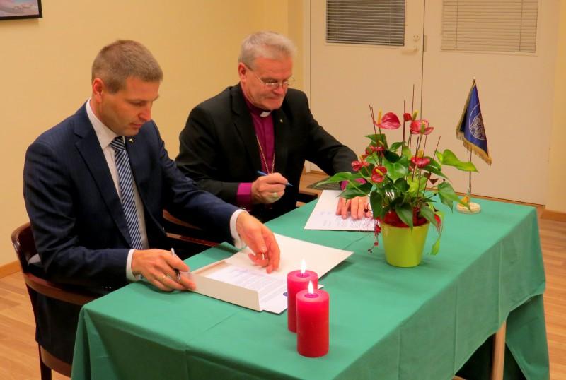 Hanno Pevkur ja Andres Põder pöördumist allkirjastamas. Foto: Tiiu Pikkur