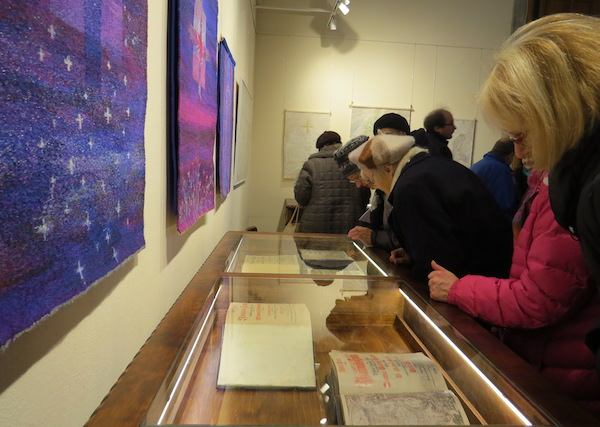 3203ff0b384 Piiblinäitus vitriinides ja kirikutekstiilid seintel – galerii pind on  oskuslikult kahe põneva näitusega ühendatud. Tiiu Pikkur Tallinna Jaani  kirikus avati ...